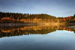 De herfst op meer stock fotografie