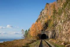 De herfst op de spoorweg circum-Baikal royalty-vrije stock afbeelding