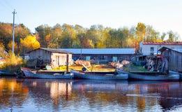 De herfst op de viskwekerij op de rivier Royalty-vrije Stock Afbeeldingen
