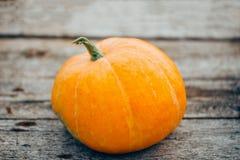 De herfst oranje kleine pompoen op lijst royalty-vrije stock afbeeldingen