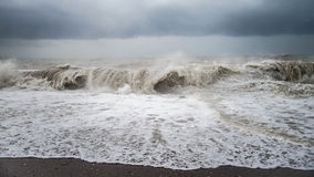 De herfst overzees onweer met plons van grote golven bij het strand Royalty-vrije Stock Foto's
