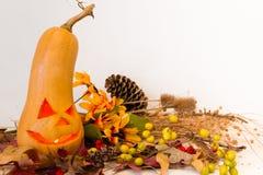 De herfst uitstekende die decoratie met pompoen met Halloween-kaars wordt gesneden Royalty-vrije Stock Afbeelding
