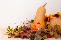 De herfst uitstekende die decoratie met pompoen met Halloween-kaars wordt gesneden Stock Foto's
