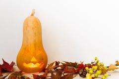 De herfst uitstekende die decoratie met pompoen met Halloween-kaars wordt gesneden Royalty-vrije Stock Fotografie