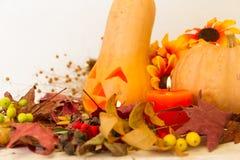 De herfst uitstekende die decoratie met pompoen met Halloween-kaars wordt gesneden Stock Afbeelding