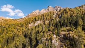 De herfst Vals Zwitserland lucht4k van de bergalp stock video