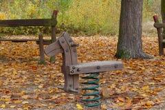 De herfst verlaten kinderjarenspeelplaats Stock Afbeelding