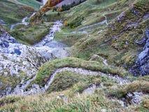 De herfst weidt en landbouwbedrijven in de vallei van meer Klontalersee of in de Klontal-vallei stock afbeelding