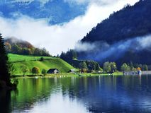 De herfst weidt en landbouwbedrijven in de vallei van meer Klontalersee of in de Klontal-vallei royalty-vrije stock foto