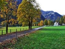 De herfst weidt en landbouwbedrijven in de vallei van meer Klontalersee of in de Klontal-vallei stock foto's