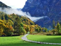 De herfst weidt en landbouwbedrijven in de vallei van meer Klontalersee of in de Klontal-vallei royalty-vrije stock afbeelding