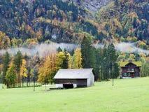 De herfst weidt en landbouwbedrijven in de vallei van meer Klontalersee of in de Klontal-vallei stock fotografie