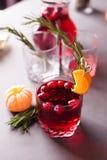 De herfst of de winter verwarmende drank - overwogen wijn, grog of hete Amerikaanse veenbes mors met citrusvrucht en rozemarijn,  stock foto's