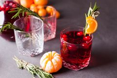 De herfst of de winter verwarmende drank - overwogen wijn, grog of hete Amerikaanse veenbes mors met citrusvrucht en rozemarijn,  royalty-vrije stock afbeelding