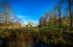 De herfstaard en Koningenuniversiteit in Cambridge, het UK op de achtergrond Stock Afbeelding