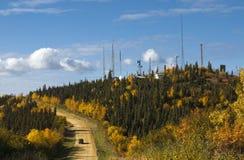 De herfstaard van Alaska gekleurde bergen en blauwe hemel met wolken Stock Foto