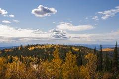 De herfstaard van Alaska gekleurde bergen en blauwe hemel met wolken Stock Afbeeldingen