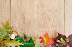 De herfstachtergrond, houten bureau Stock Foto's