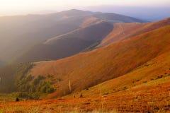 De herfstavond in Karpatische Bergen stock foto's