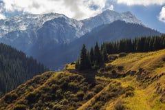 De herfstbergen in de stad van Alma Ata, Kazachstan Stock Afbeeldingen