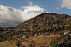 De herfstbergen en dorp in Adjara, Georgië stock afbeelding