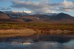 De herfstbergen over de rivier royalty-vrije stock foto