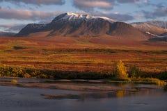 De herfstbergen over de rivier royalty-vrije stock foto's