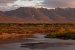 De herfstbergen over de rivier royalty-vrije stock fotografie