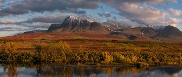 De herfstbergen over de rivier stock afbeelding