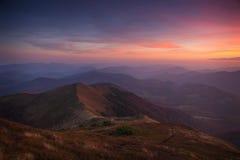 De herfstbergen van de landschapsavond bij zonsondergang Een blik vanaf de bovenkant van de heuvels Stock Afbeeldingen