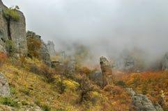 De herfstbergen van de mist Stock Afbeelding