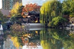 De herfstbezinning in Lan Su Chinese Garden Pond Royalty-vrije Stock Fotografie