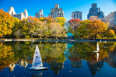 De herfstbezinningen in Central Park New York Stock Afbeelding