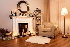 De herfstbinnenland in een comfortabel huis Open haard met kaarsen stock foto's