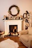 De herfstbinnenland Het concept familiecomfort Open haard met kaarsen stock fotografie