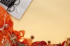 De herfstbladeren, laptop en oortelefoons op gele achtergrond royalty-vrije stock afbeelding