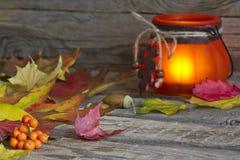 De herfstbladeren met lantaarn abstracte achtergrond Stock Fotografie