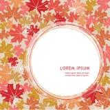 De herfstbladeren op een beige achtergrond Afficheontwerp Plaats voor tekst Stock Foto