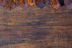 De herfstbladeren over houten achtergrond Stock Foto