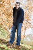 De herfstbladeren van de jonge mensenopheldering stock foto's