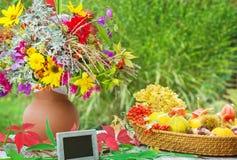 De herfstbloemen, dalingsdecoratie en lei Royalty-vrije Stock Afbeelding