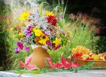 De herfstbloemen, dalingsdecoratie op terras Royalty-vrije Stock Foto