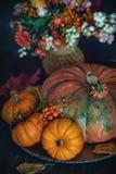 De herfstboeket met een pompoen op de lijst royalty-vrije stock foto's