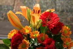 De herfstboeket met verschillend soort bloemen en kleuren Stock Fotografie