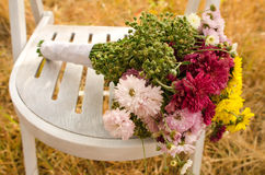 De herfstboeket op een witte stoel Stock Foto's