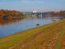De herfstcityscape die de oude spoorwegbrug overzien royalty-vrije stock afbeeldingen