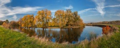 De herfstdag boven de rivier Ros ` stock afbeelding
