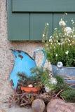 De herfstdecoratie in de tuin Oude rustieke dingen van tin Stock Afbeeldingen