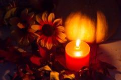 De herfstdecoratie in kaarslicht in dark Royalty-vrije Stock Foto