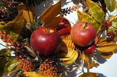 De herfstdecoratie, kroon, kleurrijke bladeren, oranje en geel, appelen royalty-vrije stock foto